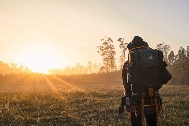 Homme en forêt par à l'aventure